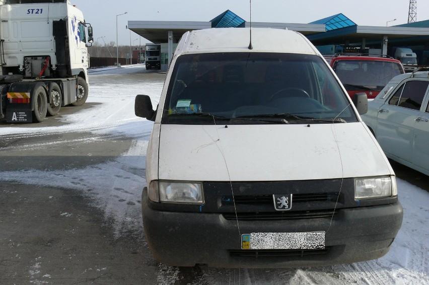 Oprócz wyrobów tytoniowych celnicy zajęli przystosowany do przemytu samochód o wartości około 15 tys. zł.