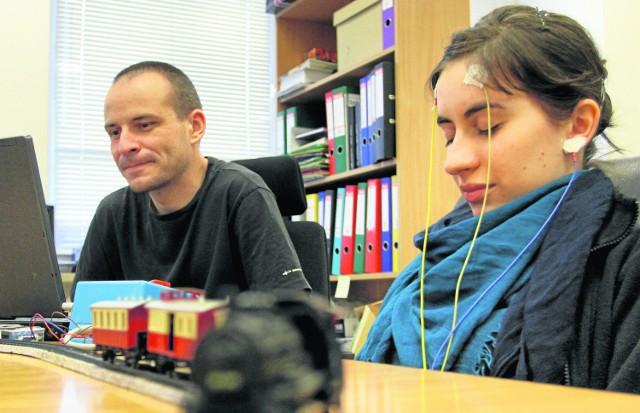 Anna Broniec, Jacek Chodak prezentują sterowania pociągami za pomocą fal mózgowych