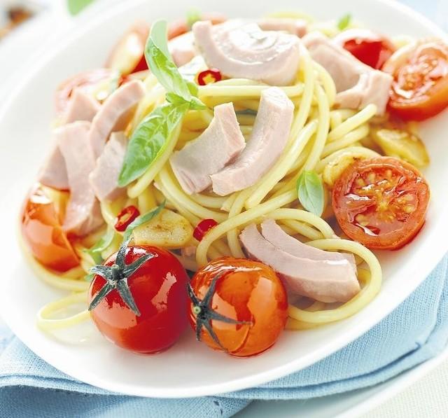 Spaghetti z tuńczykiem i pomidorkami koktajlowymi
