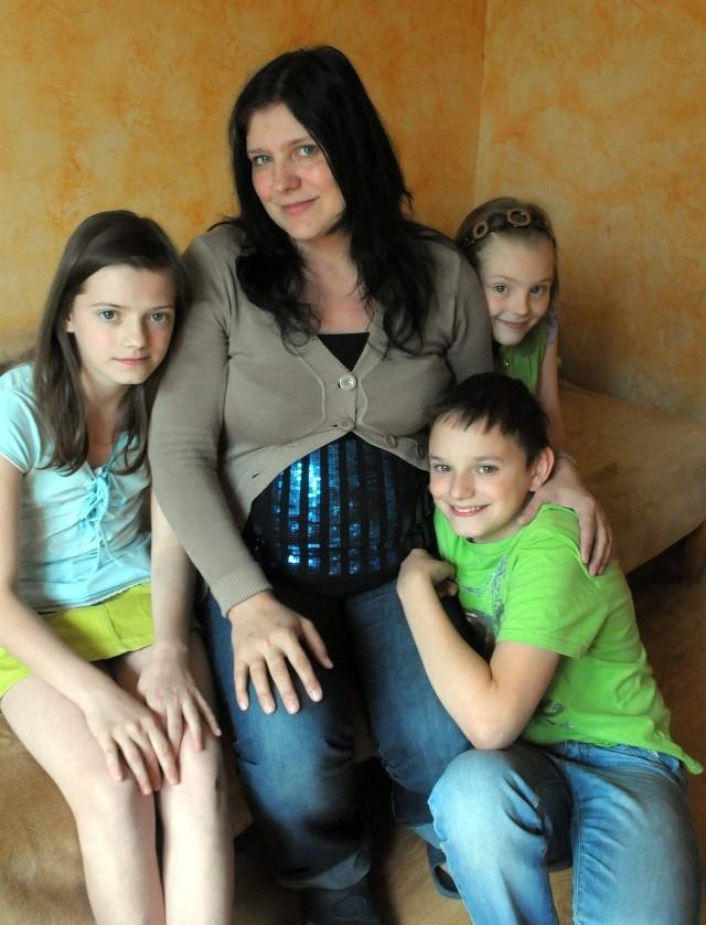 Elżbieta Stalińska z Karoliną (12 lat),  Michałem (10), Oliwią (8)