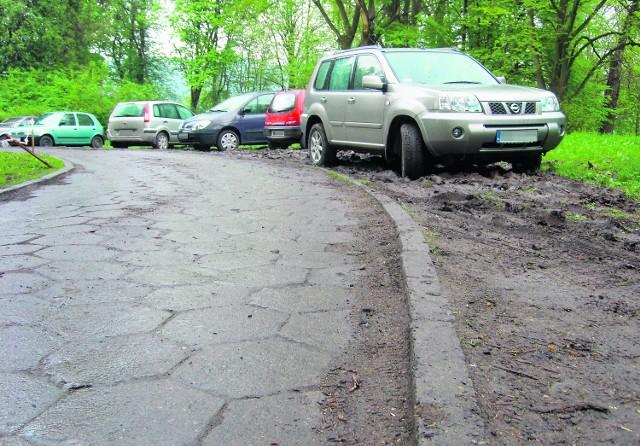 Nie ma gdzie parkować, droga wąska - XIX-wieczny park w Nawojowej rozjeżdżają setki aut