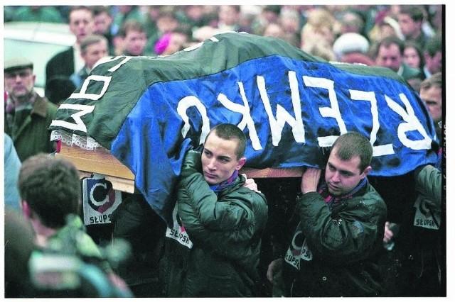 Pogrzeb Przemka Czai, który w 1998 r. zmarł w wyniku pobicia przez policjanta. Rodzina walczyła o odszkodowanie 7 lat