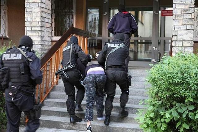Policja prowadzi jednego z podejrzanych o uprowadzenie 19-latka.