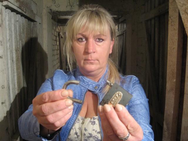 """-Po """"wyczyszczeniu"""" piwnicy została połamana kłódka oraz pusty regał w środku - mówi Marzanna Bursztynowicz"""