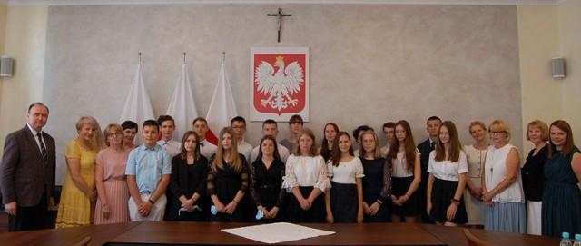 Wójt gminy Orły przyznał nagrody dla najzdolniejszych uczniów z klas siódmych i ósmych szkół podstawowych z terenu tej gminy.