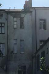 Z przodu cud malina, z tyłu ruina. Zobacz, co kryją podwórka odnowionych kamienic w centrum Słupska [ZDJĘCIA]