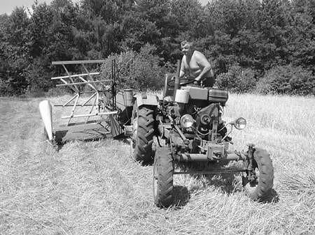 Rolnicy wyciągają z szop stare snopowiązałki, bo nie stać ich na wynajęcie kombajnu.  /  JAKUB MORKOWSKI
