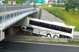 Wypadek koło M1 w Czeladzi. Autobus uderzył w bariery pod wiaduktem na DK86. Trasa zablokowana, ogromny korek [ZDJĘCIA]