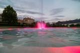 Tarnów. Fontanna w Parku Sanguszków znów zaprasza wieczorami. Podziwiają ją mieszkańcy i przyjezdni [ZDJĘCIA]