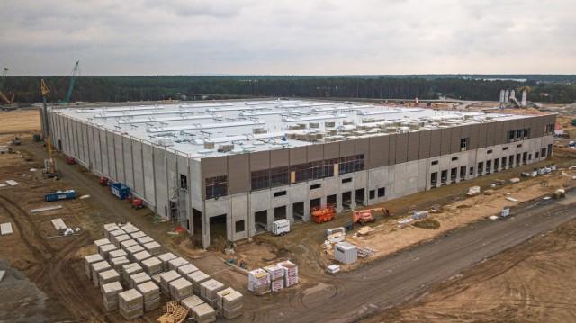 Minął niespełna rok, a widać już, jak docelowo będzie wyglądać fabryka Tesli koło Berlina.  Te zdjęcia robią wrażenie! Produkcja ma ruszyć już w 2021 roku. W fabryce prace znajdzie nawet 40 000 osób. W tym Polacy. Ruszyła rekrutacja do fabryki Tesli koło Berlina.