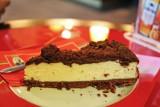 Tradycyjny przepis na sernik wielkanocny. Sprawdź, jak łatwo upiec świąteczne ciasto na Wielkanoc