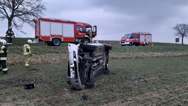 Wypadek w Czeczewie w powiecie grudziądzkim. Dachował samochód osobowy