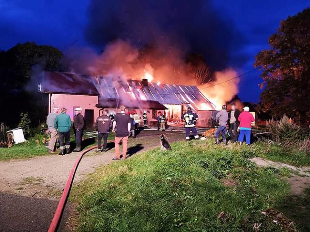 Ogień zajął budynek gospodarczy trawiąc go doszczętnie, pożar przeniósł się także na dach domu. Walka z żywiołem trwała osiem godzin. Potrzebna pomoc.