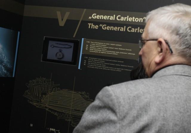 """27 września 1785 - w okolicy Dębek miał zatonąć angielski statek General Carleton.  - Obiekt zalega około 400 metrów od ujścia rzeki Piaśnicy do Bałtyku niedaleko miejscowości Dębki na środkowym wybrzeżu. Spoczywa on na głębokości 4,7 - 7,4 metrów i jest przykryty warstwą napływowego piasku - poinformowało na swojej stronie internetowej Narodowe Muzeum Morskie w Gdańsku.   Identyfikacja wraku była możliwa dzięki odnalezieniu dzwona statkowego, na którym odczytano """"General Carleton od Whitby 1777"""".  - Nazwa statku związana jest z osobą generała Guya Carletona, który służył w angielskiej armii w Ameryce Północnej i był w latach 1775-1777 gubernatorem Quebec. Po śmierci męża w 1783 roku statek przejęła jego żona Margharet Campion  - informuje Narodowej Muzeum Morskie.  Dodajmy, że w pierwszy rejs statek wypłynął do Rygi."""