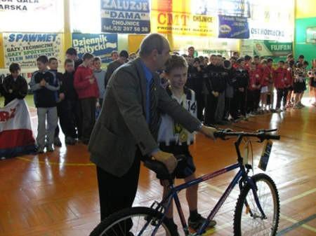 Tradycyjnie nagrodą dla najskuteczniejszego strzelca turnieju był rower. Na zdjęciu Mateusz Szwoch (Borowiak Czersk) i prezes Chojniczanki, Wojciech Schreiber.