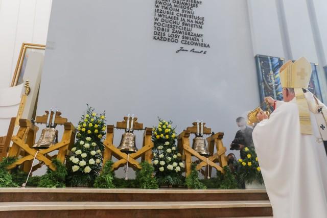 Uroczystość poświęcenia dzwonów w Bazylice Bożego Miłosierdzia w Krakowie - Łagiewnikach.