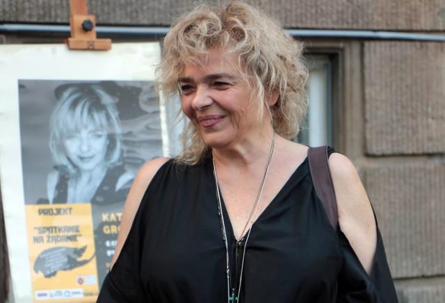 """W ramach projektu """"Spotkanie na żądanie"""" w  grudziądzkiej Bibliotece Miejskiej  gościła jedna z najpopularniejszych polskich pisarek Katarzyna Grochola. Spotkanie odbyło się w środowy wieczór, a poprzedził je  krótkotrwały ulewny deszcz."""