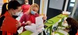 Szczepienia nauczycieli. Kaliski szpital ma prośbę do osób, które przychodzą się zaszczepić