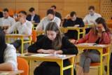 Dziś uczniowie z Zespołu Szkół Ponadpodstawowych nr 1 imienia Ludwika Czyżewskiego w Bełchatowie zdają maturę z matematyki, 05.05.2021