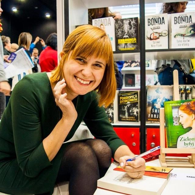 """Sabina Waszut, pisarka i autorka bestsellerowej sagi o śląskiej rodzinie, nominowanaza propagowanie śląskiej historii i kultury w powieściach. W tym roku ukazała się trzecia część jej sagi: """"Zielony byfyj""""."""