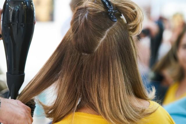 Znaleźć dobrego fryzjera to nie lada wyzwanie. Talent, kreatywność i umiejętności to nie wszystko. Fryzjer powinien jeszcze umieć słuchać. Specjalnie dla Was wybraliśmy najlepszych fryzjerów w Toruniu. To oni mają najlepsze opinie. Zobaczcie, do którego salonu fryzjerskiego warto się udać. Oto top 10 najlepszych fryzjerów w Toruniu.    Czytaj dalej >>>>>