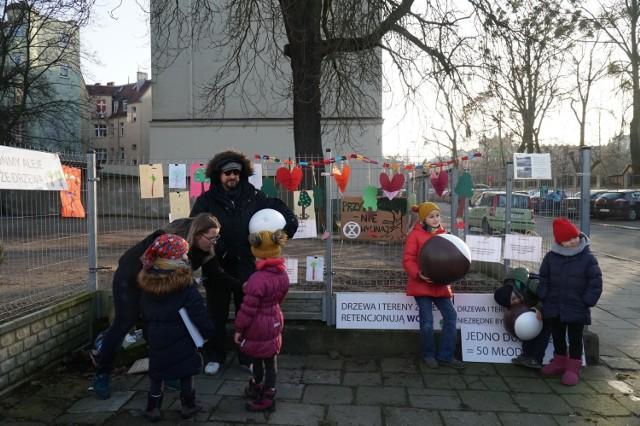W sobotę, 8 lutego mieszkańcy Poznania zebrali się pod kasztanowcem na Jeżycach, żeby pożegnać drzewo. W jego miejscu ma stanąć siedmiopiętrowy budynek.  Przejdź do następnego zdjęcia ----->