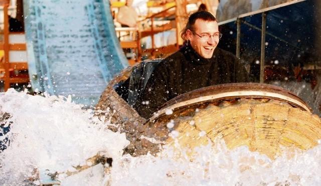 Adrenalina przyciąga mieszkańców Wrocławia na kolejkę wodną. Wczoraj otwarty lunapark  odwiedziło kilkaset osób