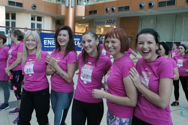 Maraton zumby w różowym kolorze w Legnicy.