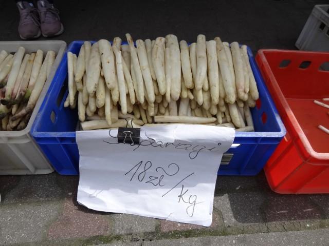 Na międzyrzeckim targu ceny warzyw oszalały. To co powinno być droższe tanieje, a to co tańsze drożeje. Przykładem pietruszka, która cenowo goni...szparagi.