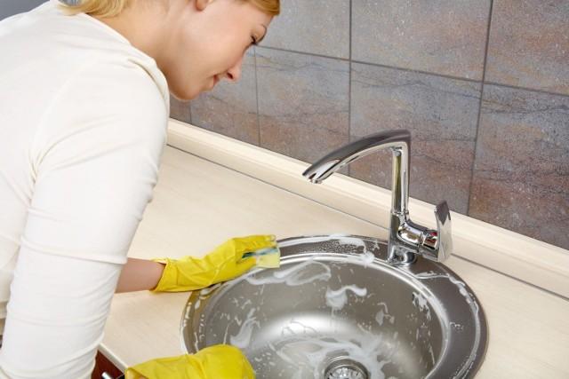 Klamki, blaty i inne często dotykane powierzchnie warto odkażać regularnie, minimum raz dziennie