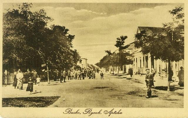 Oto rynek miejski w Busku - Zdroju, Pac Zwycięstwa na przestrzeni XX wieku. Zobacz jak zmieniało się to miejsce.   Zobacz więcej na kolejnych slajdach.