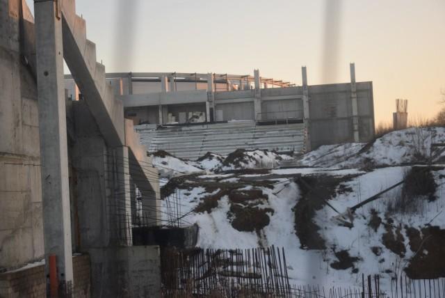 Nowy stadion Radomiaka przy ulicy Struga 63 ma być gotowy do końca grudnia 2021 roku. 15 maja 2017 odbyło się uroczyste wbicie pierwszej łopaty pod budowę stadionu piłkarskiego dla Radomiaka przy ulicy Struga 63. W pierwszej fazie miały powstać dwie trybuny wzdłuż boiska, mieszcząc co najmniej 8,5 tysiąca widzów. Pierwotnie miało być 5,5 tysiąca, ale zapadła decyzja o podniesieniu pojemności. W drugiej fazie zaplanowano wybudowanie trybun za bramkami, a docelowa pojemność stadionu ma wynosić około 15 tysięcy widzów pod dachem. Inauguracja obiektu miała przypadać na rundę wiosenną sezonu 2018/19. W trakcie budowy doszło do zmiany wykonawcy. Według inwestora oddanie nowego stadionu Radomiaka do użytku jest niezagrożone.  - Odnośnie stadionu napisaliśmy do komisji doraźnej do spraw budowy Radomskiego Centrum Sportu, że jeszcze nic się nie dzieje, nic nie zostało zrobione, bo przepisy i umowa jaką mamy z bankiem wyraźnie nakazuje, że każdy aneks musi mieć zgodę tego banku. Zrobiliśmy badania, mamy projekt co mamy zrobić. Należy wzmocnić trybunę północną, jest to tak zwane podbijanie wylewką betonową. Jest to spowodowane zaniedbaniami poprzedniego wykonawcy - mówi Grzegorz Janduła, prezes Miejskiego Ośrodka Sportu i Rekreacji. Intensywne prace przy budowie stadionu Radomiaka mają się rozpocząć, kiedy oddana zostanie do użytku hala sportowa. Termin oddania hali sportowej zaplanowany jest na koniec kwietnia.   Od 1 maja do 31 grudnia zostanie osiem miesięcy na dokończenie budowy stadionu Radomiaka.   ZDJĘCIA JAK MA WYGLĄDAĆ NOWY STADION RADOMIAKA I AKTUALNE ZDJĘCIA Z BUDOWY STADIONU PRZY ULICY STRUGA 63>>>
