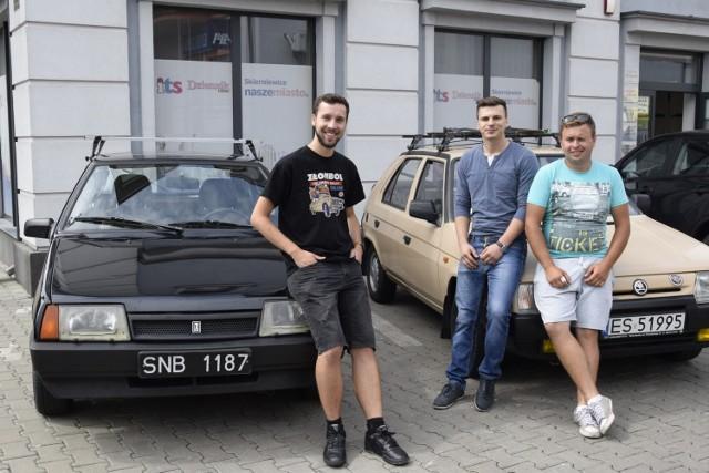 Michał Perski, Kamil Wójcik i Adam Dyjaczenko przy swoich maszynach, którymi ruszą do Grecji