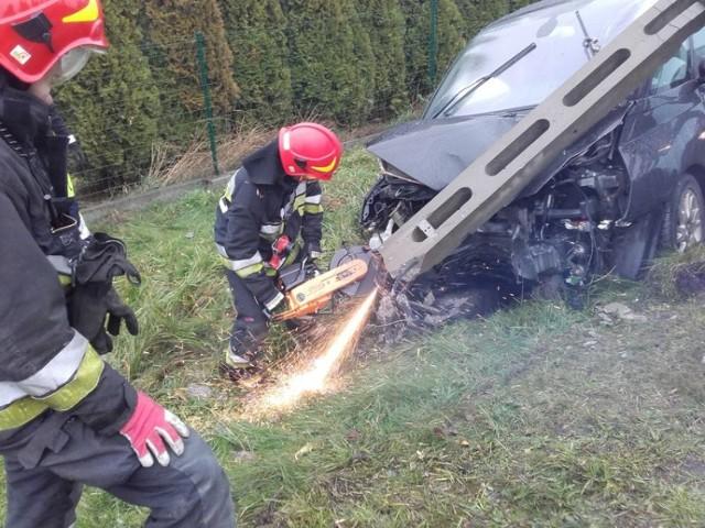Na ulicy Wodzisławskiej auto uderzyło w słup