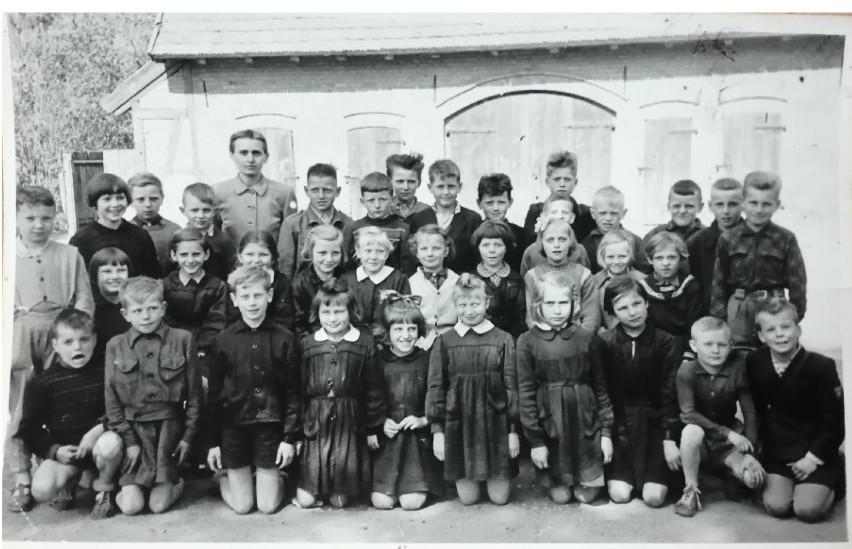 Szkola w Sobowidzu. Kierowniczka szkoły Józefa Krośnicka z jedną z 7 klas. Rok szkolny 1960/61
