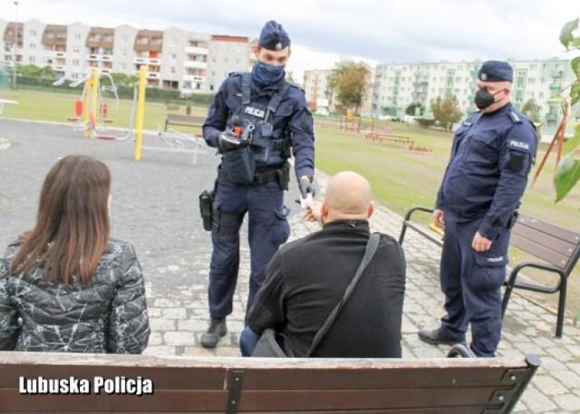 W kilka dni policjanci z powiatu krośnieńskiego wręczyli prawie 30 mandatów za brak maseczki ochronnej.