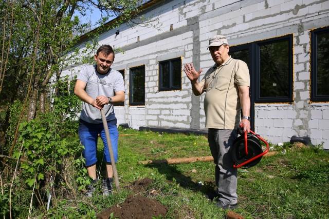 """Budowa nowej siedziby Centrum Edukacyjno - Rehabilitacyjnego """"Szansa"""" w Piotrkowie. Rodzice sami robili ogrodzenie"""