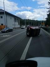 Auto uderzyło w barierki na ulicy Arkońskiej. Jeden pas jezdni zablokowany