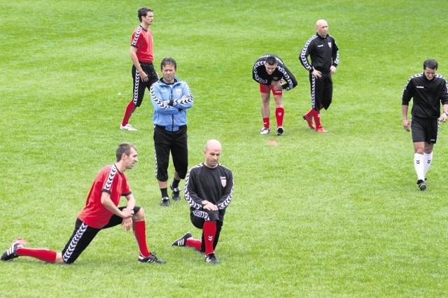 Trener Jurij Szatałow (niebieski dres) wreszcie mógł poprowadzić normalny trening Polonii.