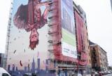 Odwrócony do góry nogami grajek z akordeonem. Nowy mural na warszawskiej Pradze-Północ