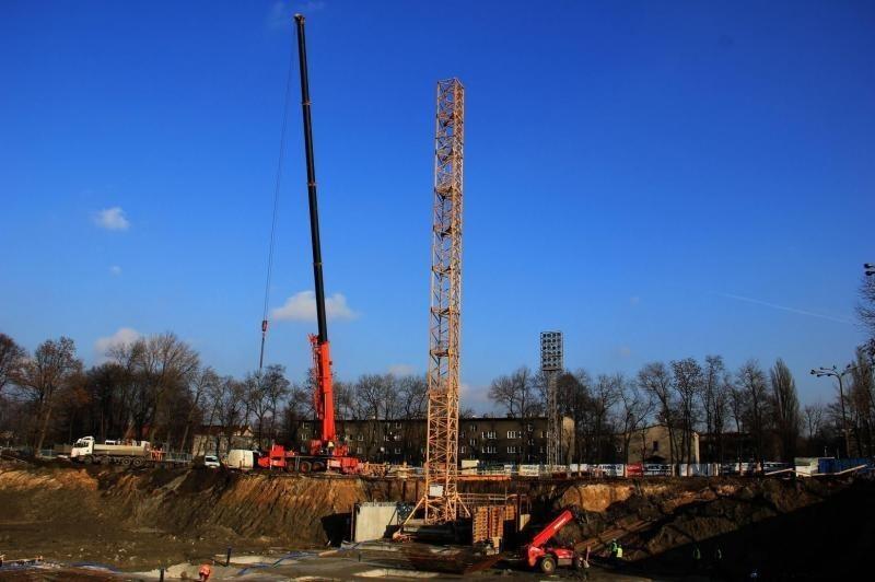 Na plac budowy nowego stadionu Górnika Zabrze wjechał dźwig gigant [ZDJĘCIA]