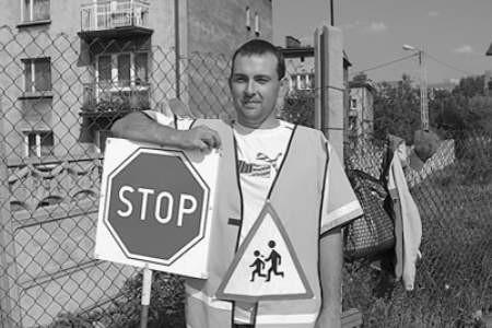 Piotr Krystecki jest jednym z niewielu mężczyzn, zatrudnionych jako szkolny strażnik.