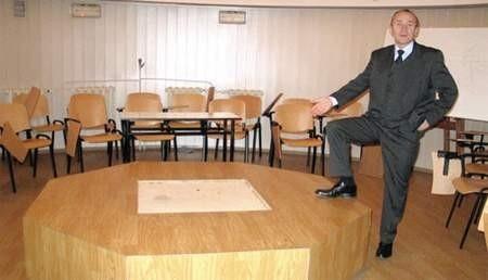 Doktor Bogdan Wszołek pokazuje miejsce, w którym stanie projektor.