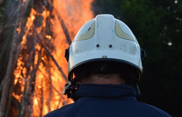 Sześć jednostek straży pożarnej gasi pożar w mieszkaniu przy ul. Skalskiej w Olkuszu.