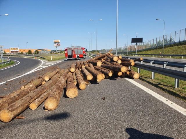 W poniedziałek 14.09.2020 około godz. 13:00 na obwodnicy Chojnic przyczepa ciężarówki przewożącej drewno przewróciła się i zgubiła ładunek