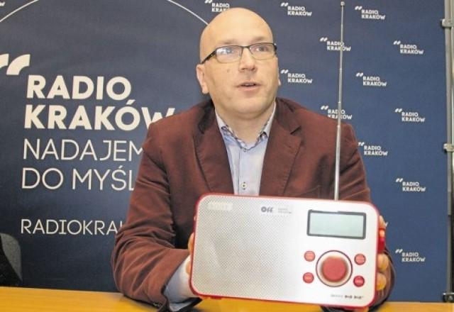 Prezes Radia Kraków prezentuje specjalny odbiornik cyfrowy do odbioru nowego programu jego rozgłośni - OFF Kraków