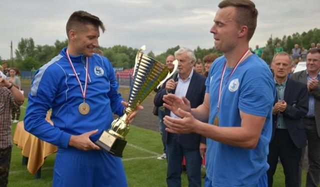 Tak Paweł Posmyk i Łukasz Maliszewski (z prawej) ze Stilonu Gorzów w czerwcu 2017 r. w Kostrzynie cieszył się ze zdobycia trzeci raz rzędu pucharu. W tym roku radować będą się piłkarze innego klubu