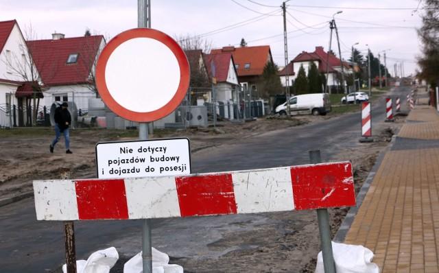 Wyjątkowo powoli posuwa się remont fragmentu ulicy Jackowskiego, między Korczaka a Chełmińską. W poniedziałek, po południu, mimo że pogoda sprzyjała prowadzeniu prac, na placu budowy spotkaliśmy tylko pojedynczy sprzęt i robotników.