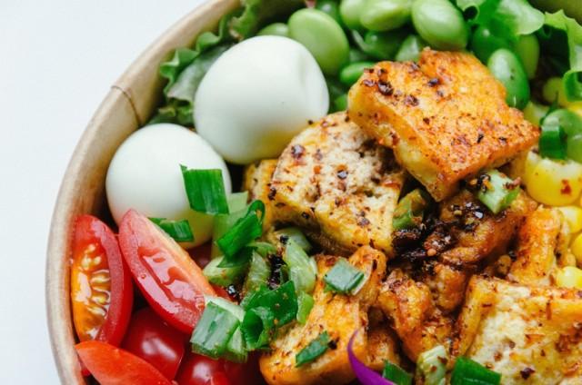 Efekty stosowania diety bazującej na roślinach to wdzięczny przedmiot badań, a dowodów na korzystny wpływ na zdrowie ograniczania mięsa przybywa niemal każdego miesiąca.