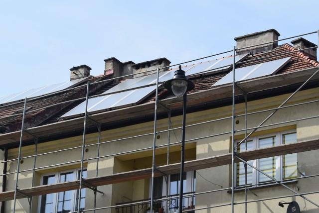 Trwa wymiana dachu na budynku przy ulicy Piłsudskiego w Wodzisławiu Śl.